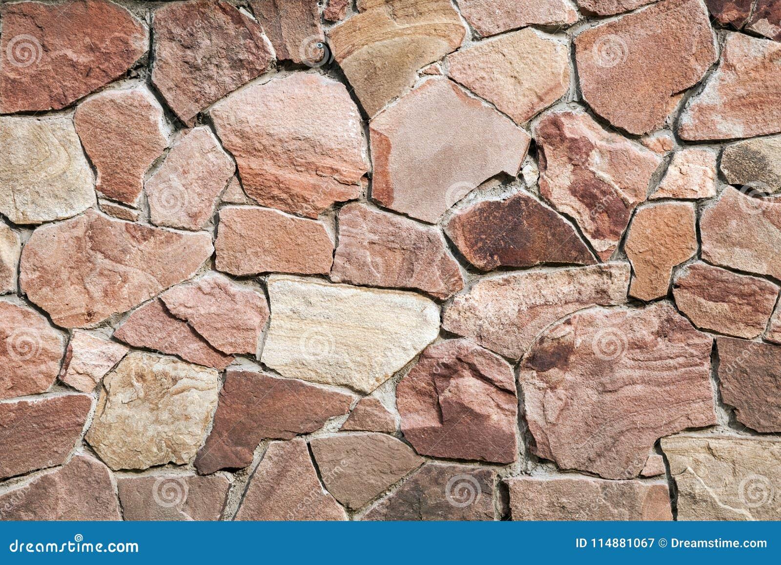 Parede de pedras grandes e de tijolos quebrados