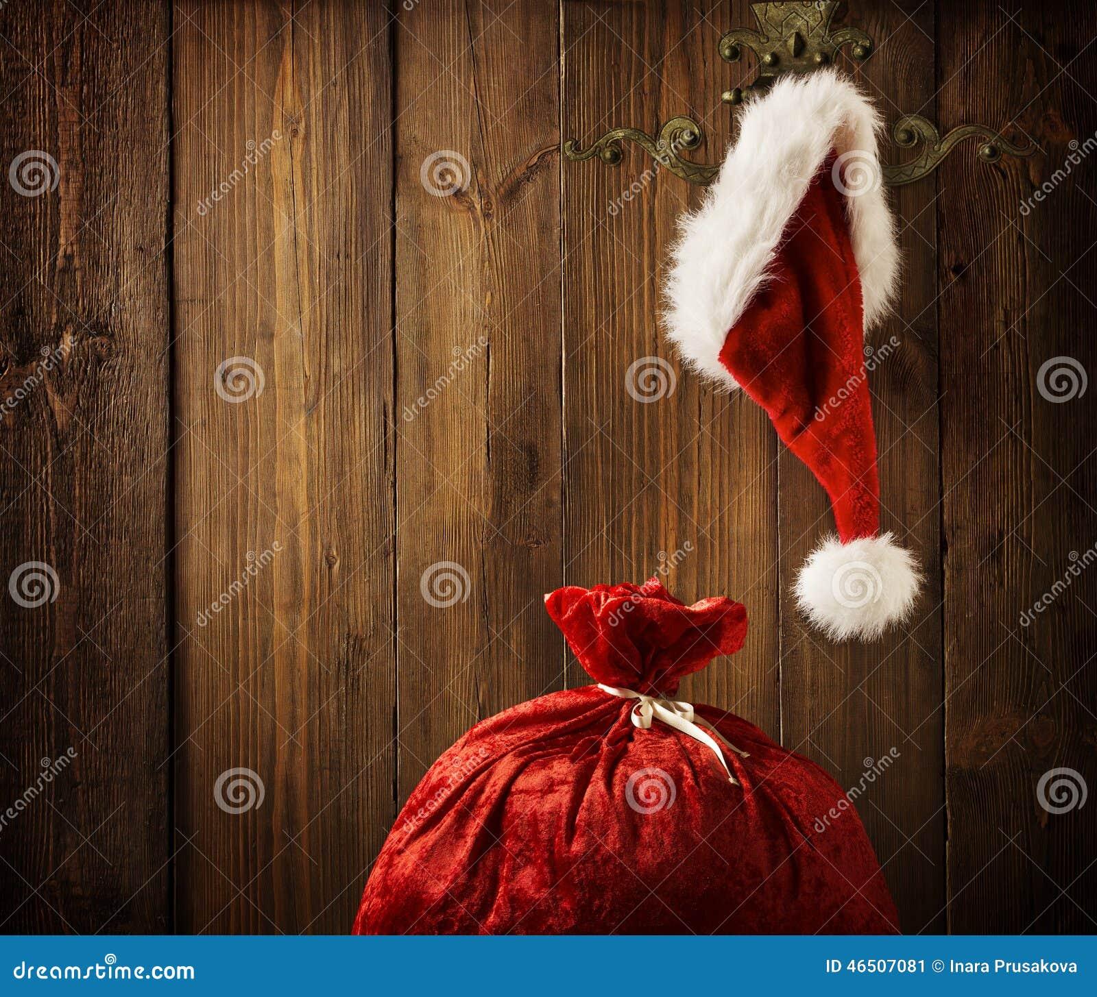 Parede de Santa Claus Hat Hanging On Wood do Natal, conceito do Xmas