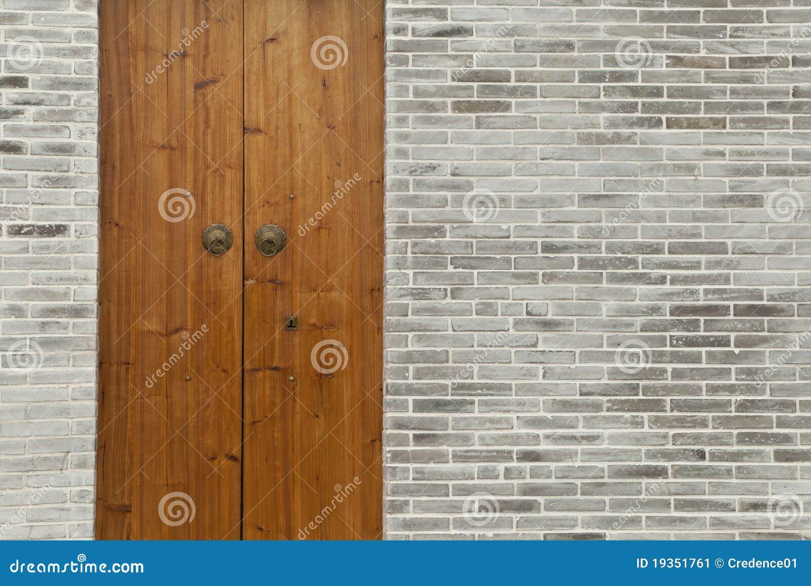 Parede de tijolo de madeira da porta