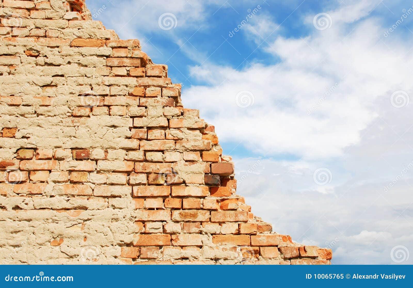 Parede de tijolo e céu azul