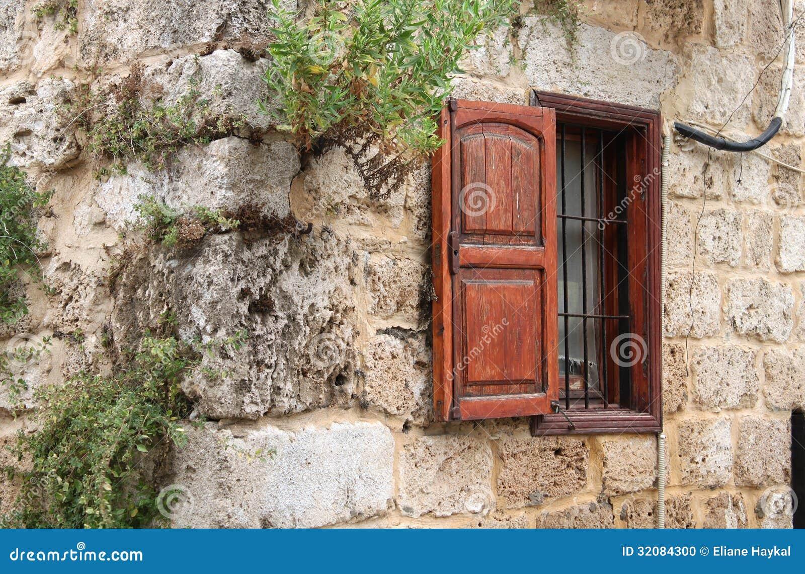 #944D37 Uma janela rústica com o obturador de madeira na parte externa de uma  598 Janelas Em Madeira Rusticas