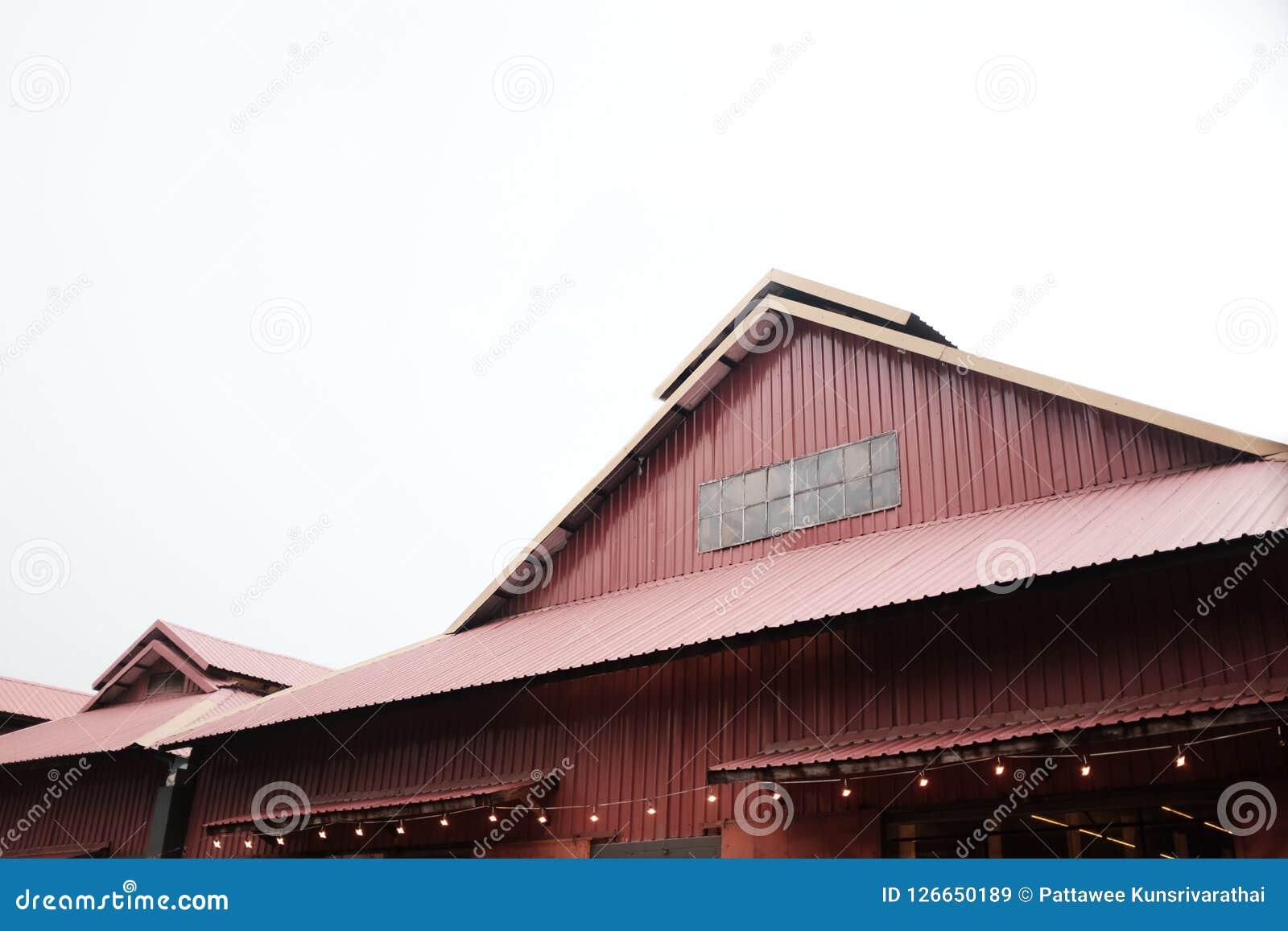 Parede e telhado vermelhos do fundo do armazém
