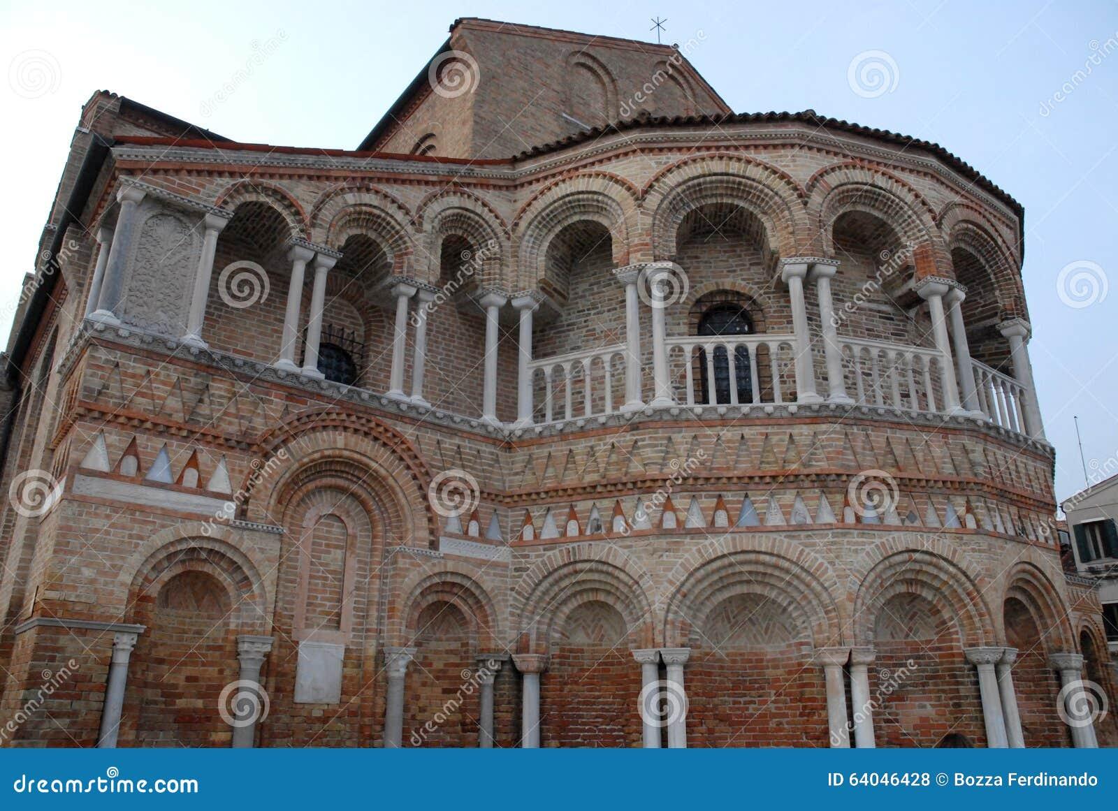 A parede exterior da abside da catedral de Murano na municipalidade de Veneza no Vêneto (Itália)