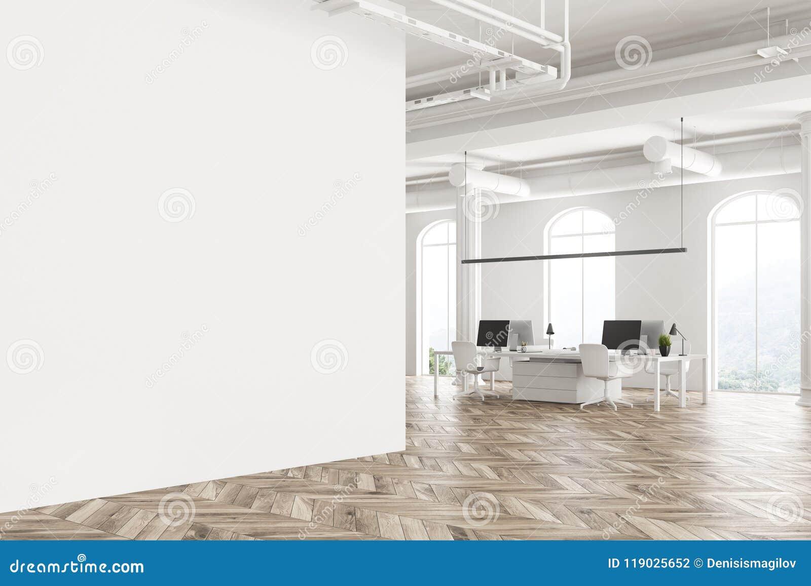 Parede vazia interior arqueada do escritório branco da janela