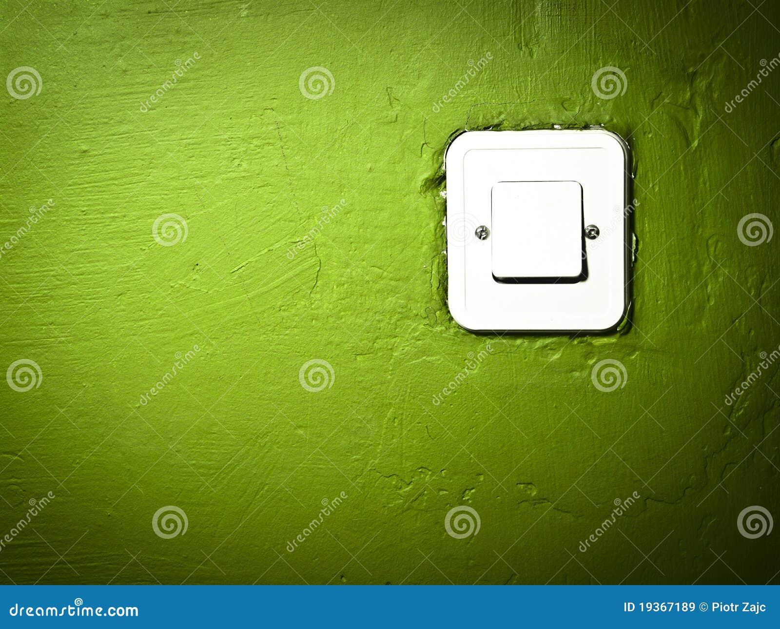Parede verde riscada da pintura com interruptor