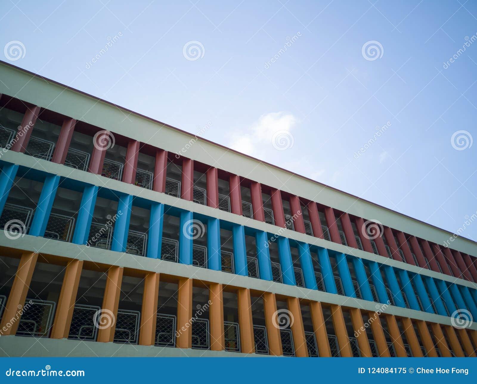 Paredes coloridas de un aparcamiento de varios pisos