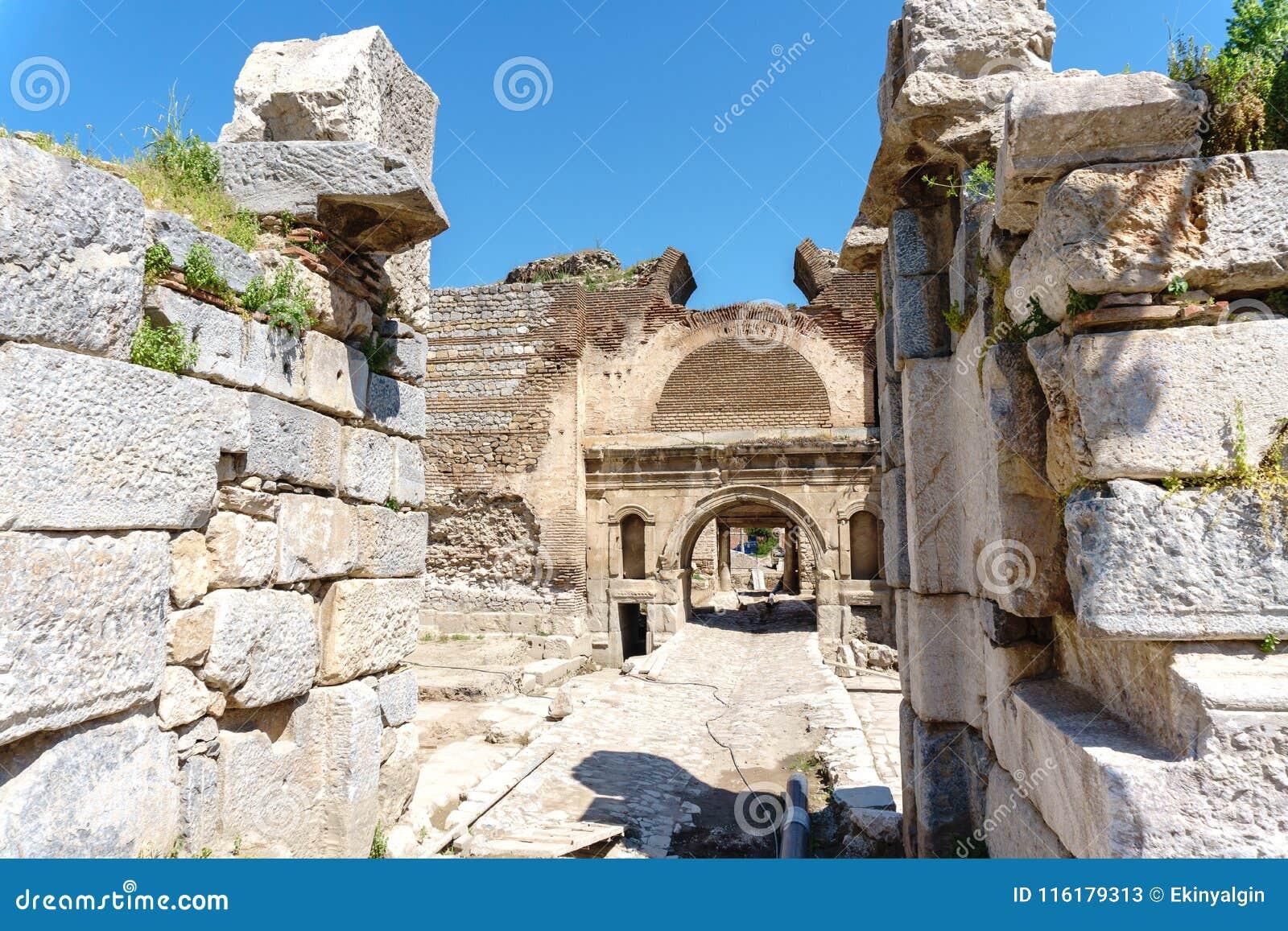 Paredes de piedra y puertas históricas de Iznik