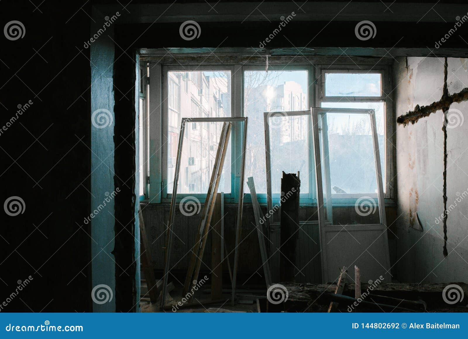 Paredes desnudas en el viejo cuarto del apartamento