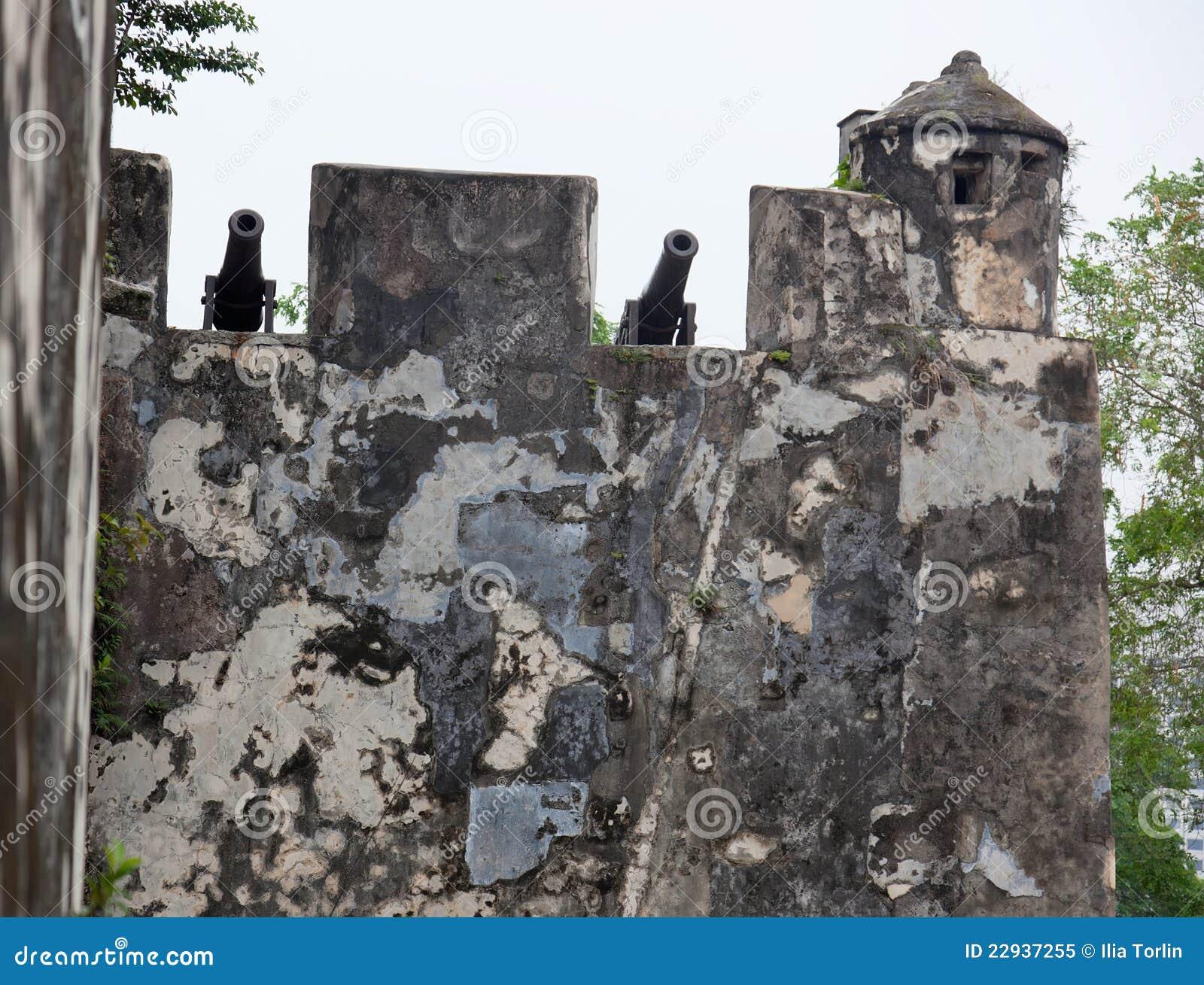 Paredes e cânones velhos. Forte de Monte. Macau. China.