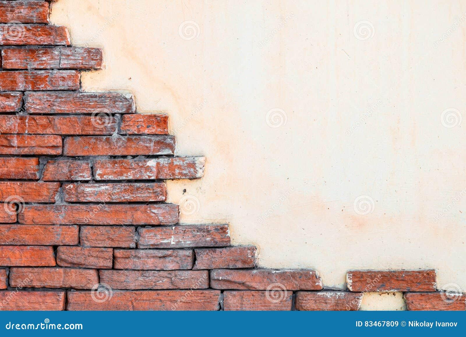 paredes rojas enyesadas con el ladrillo de las grietas e