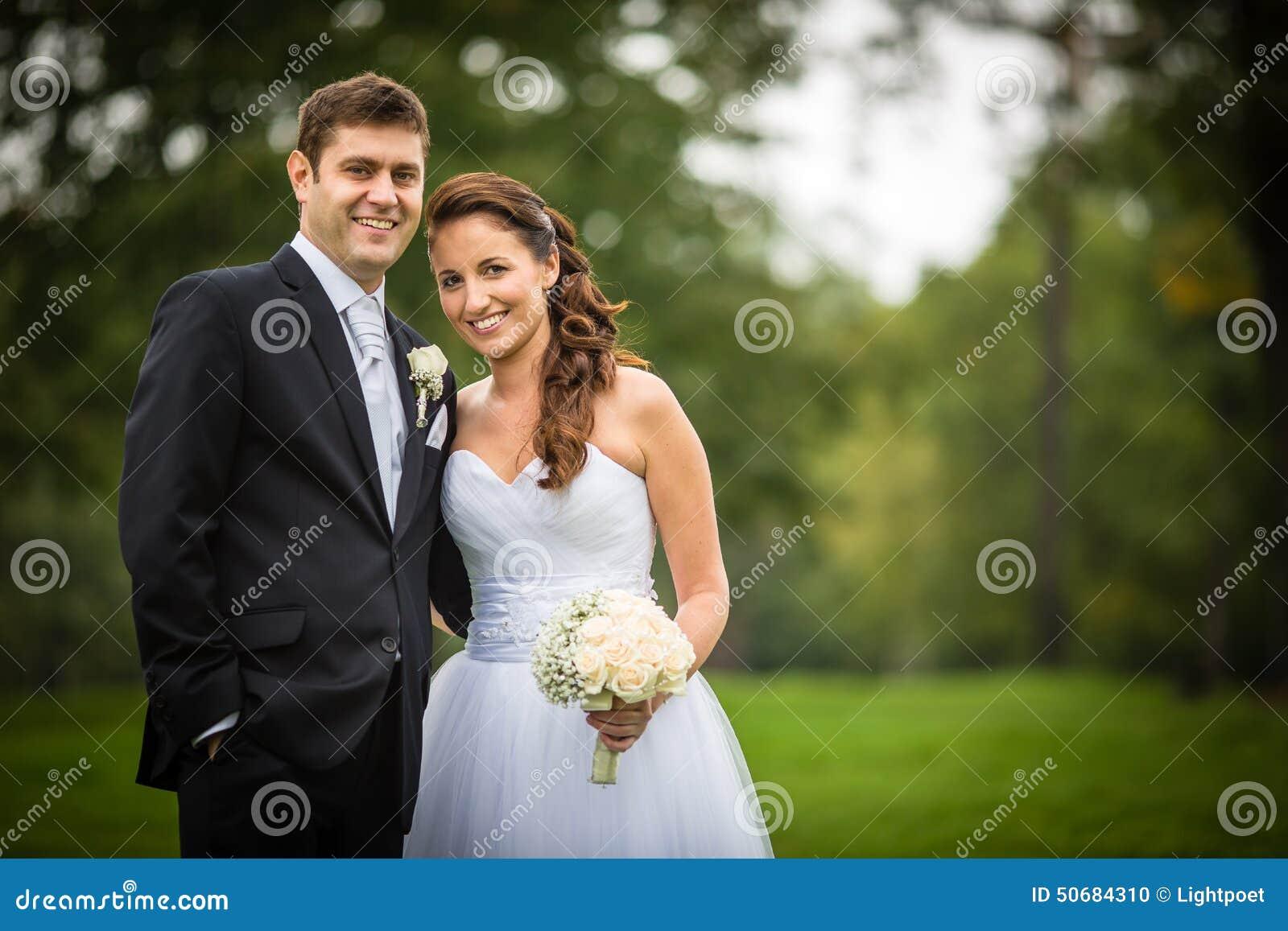 Matrimonio O Que é : Pareja apenas casada joven de la boda en un parque foto