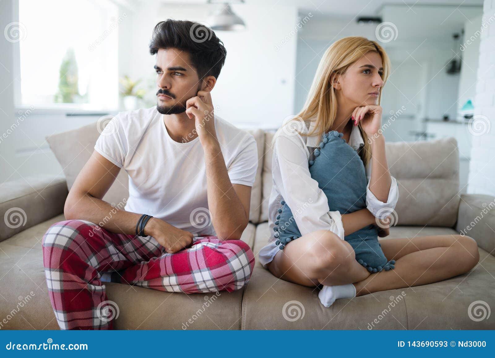 Pareja casada infeliz en el borde del divorcio debido a la impotencia