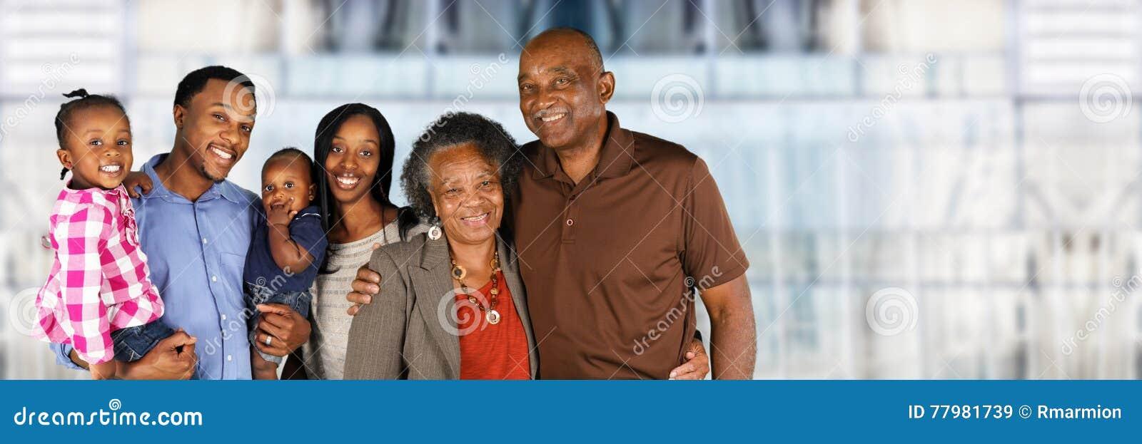 Pareja casada mayor con la familia