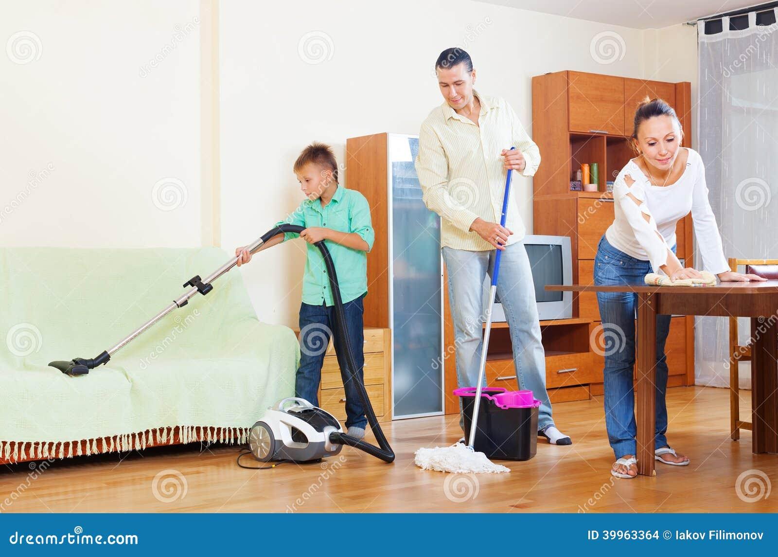 Pareja con el hijo adolescente que hace la limpieza de la - Limpieza en casa ...