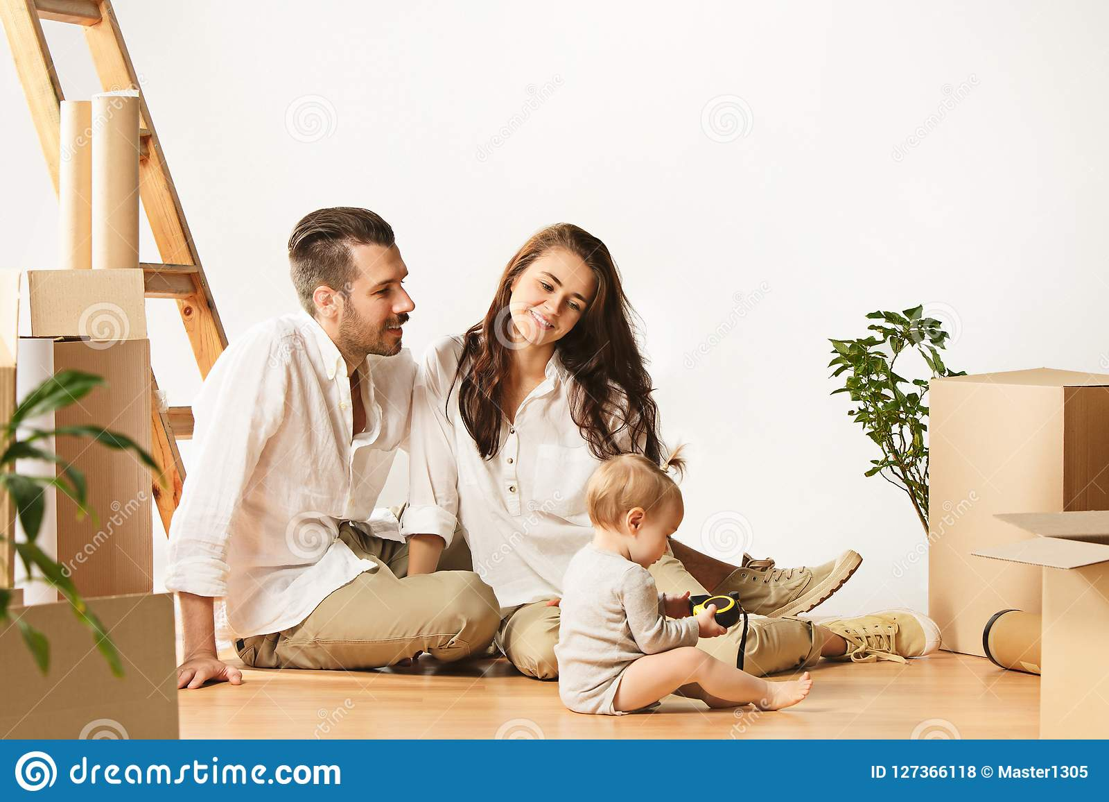 Pareja que se mueve a un nuevo hogar - la gente casada feliz compra un nuevo apartamento para comenzar nueva vida junta