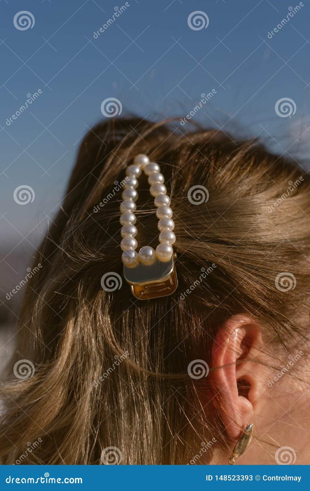 Parelhaarspeld in het haar van een blondemeisje