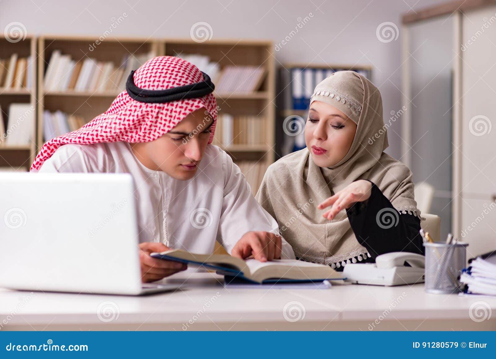 Paren av den arabiska mannen och kvinnan