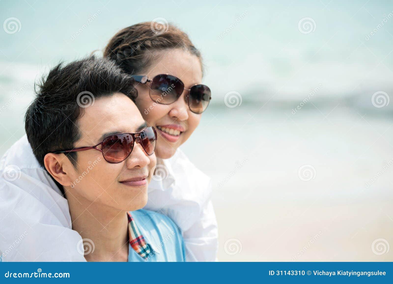 Paren die bij strand dateren