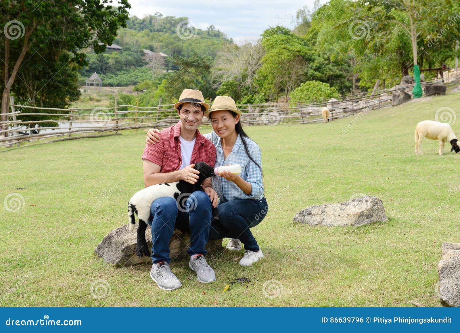 Paren die liefde tonen en gelukkig overal te reizen