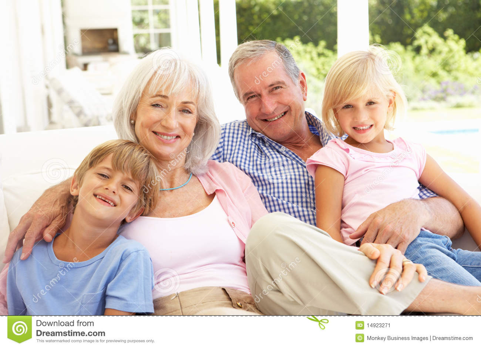 Parents avec des enfants détendant ensemble