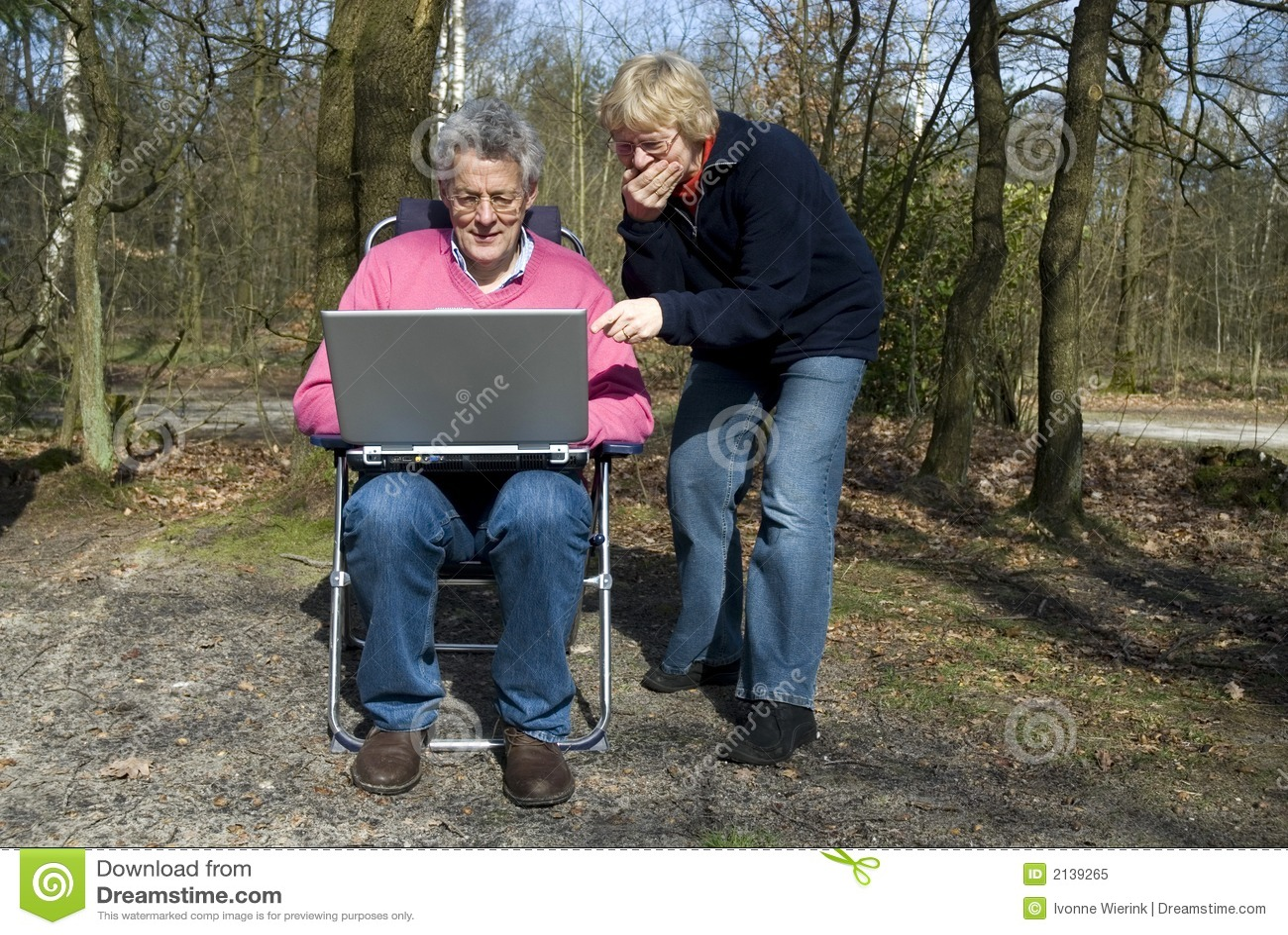 Parents avec un ordinateur portatif