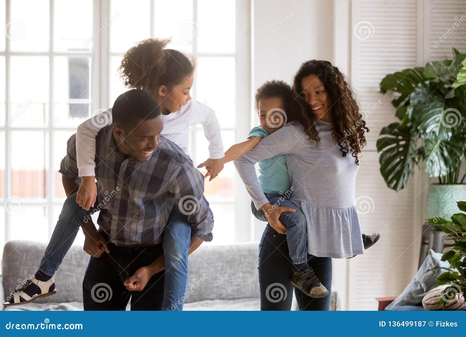 Parents d afro-américain ferroutant le fils et la fille dans la vie