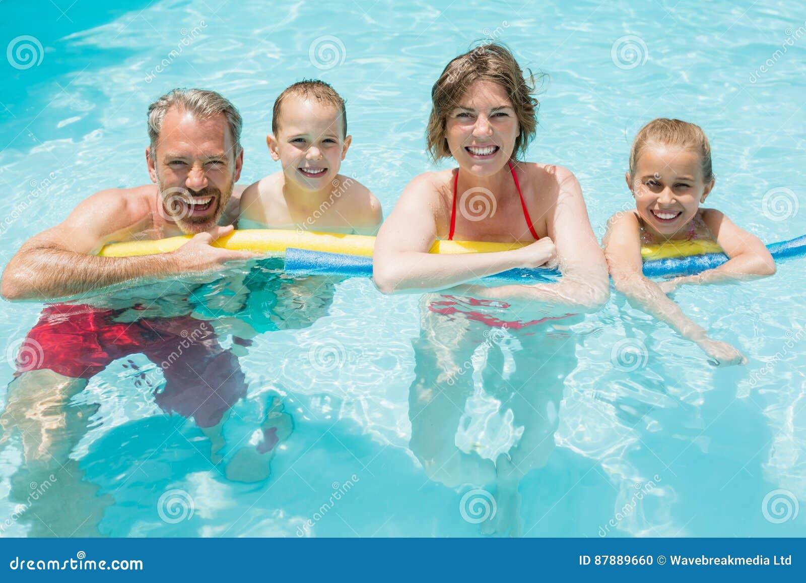Parents et enfants heureux dans la piscine