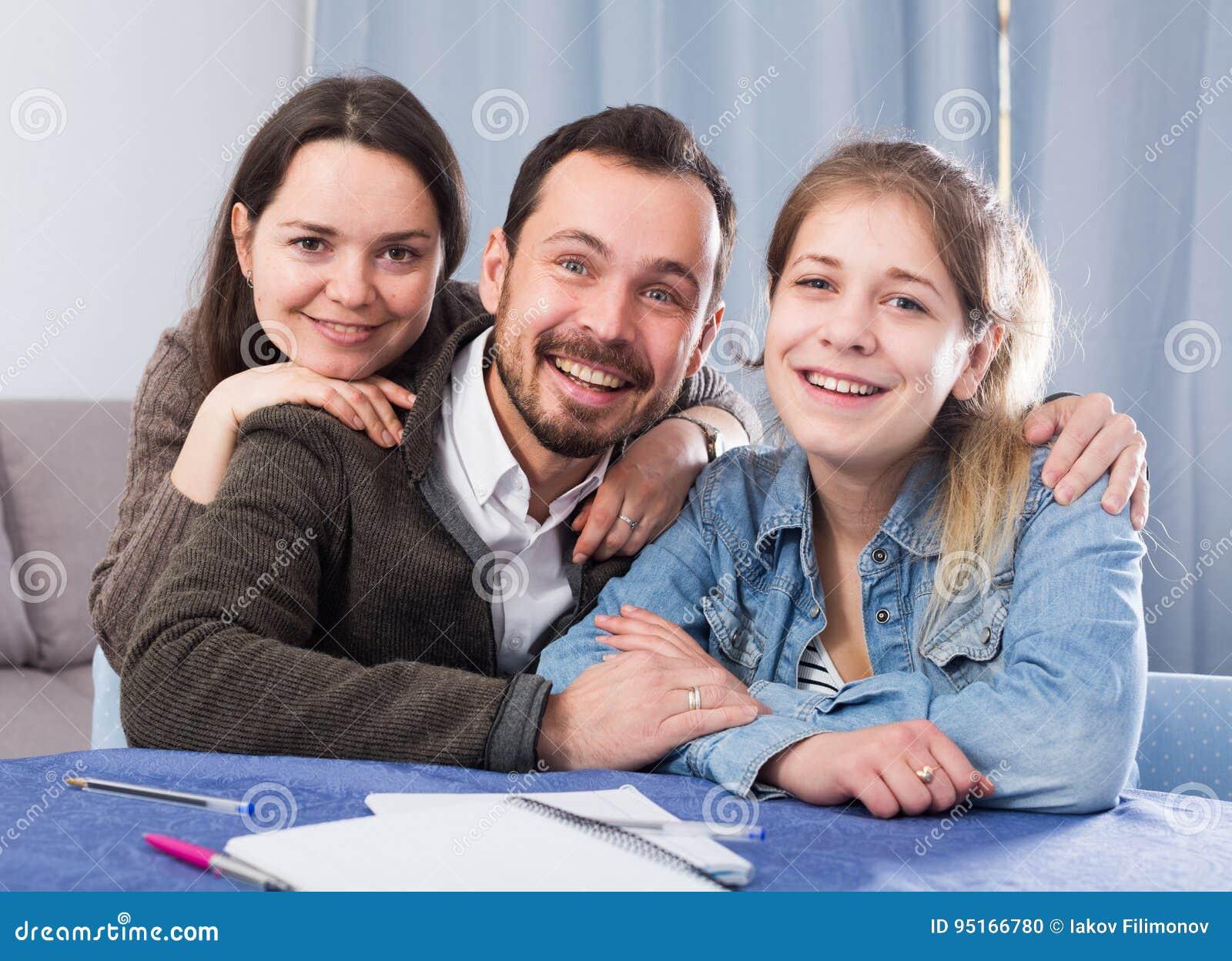 Parents a la hija de ayuda con la preparación