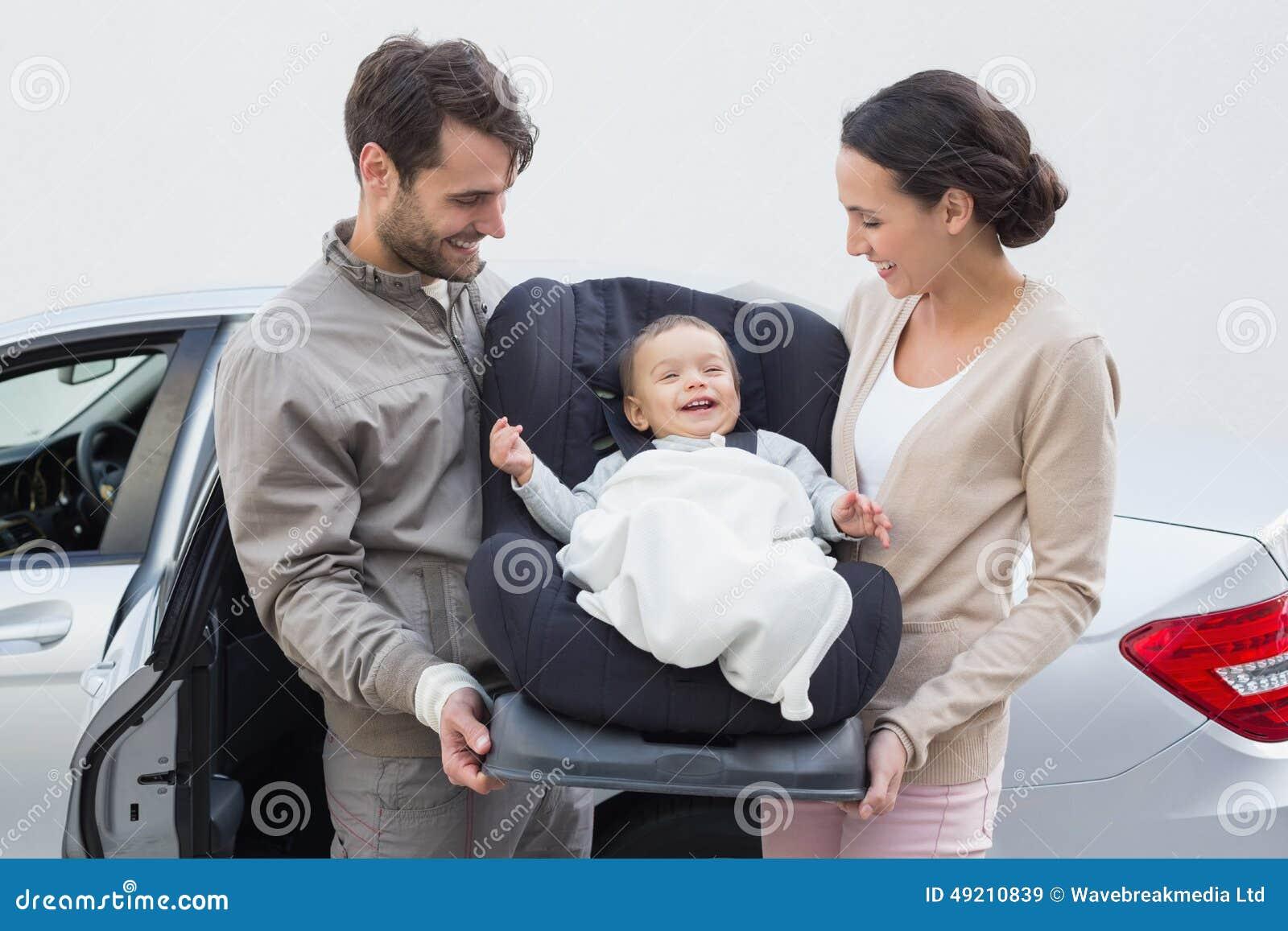 Parents o bebê levando em seu banco de carro
