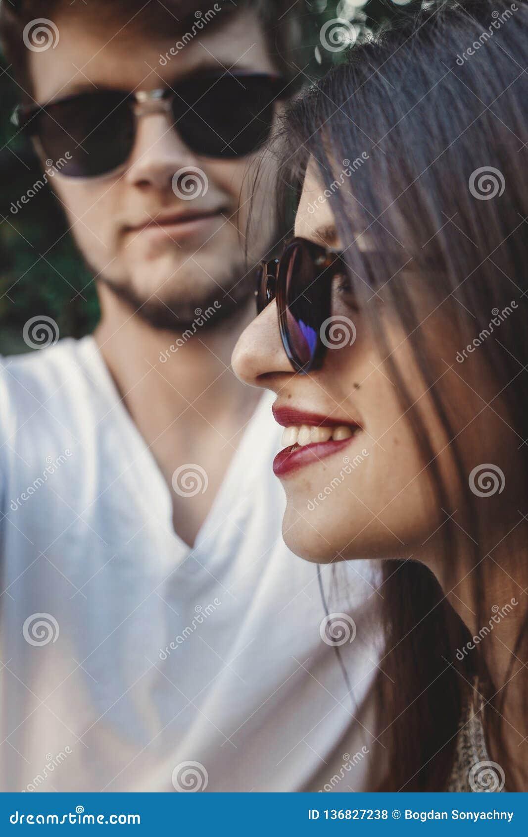 Pares à moda do moderno nos óculos de sol que sorriem e que fazem o selfie fresco Pares felizes da família no amor que faz o auto