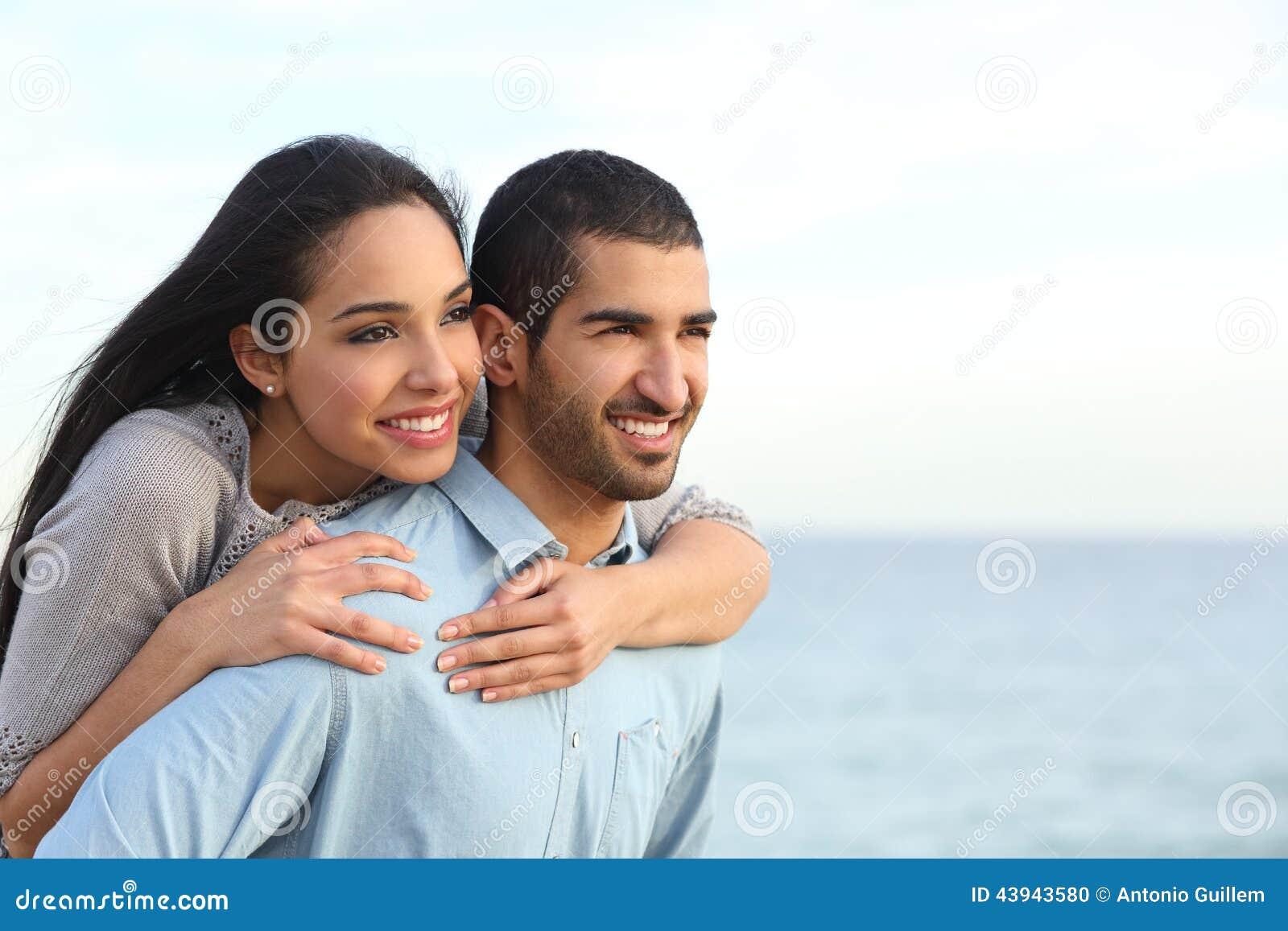 Pares árabes que flertam no amor na praia