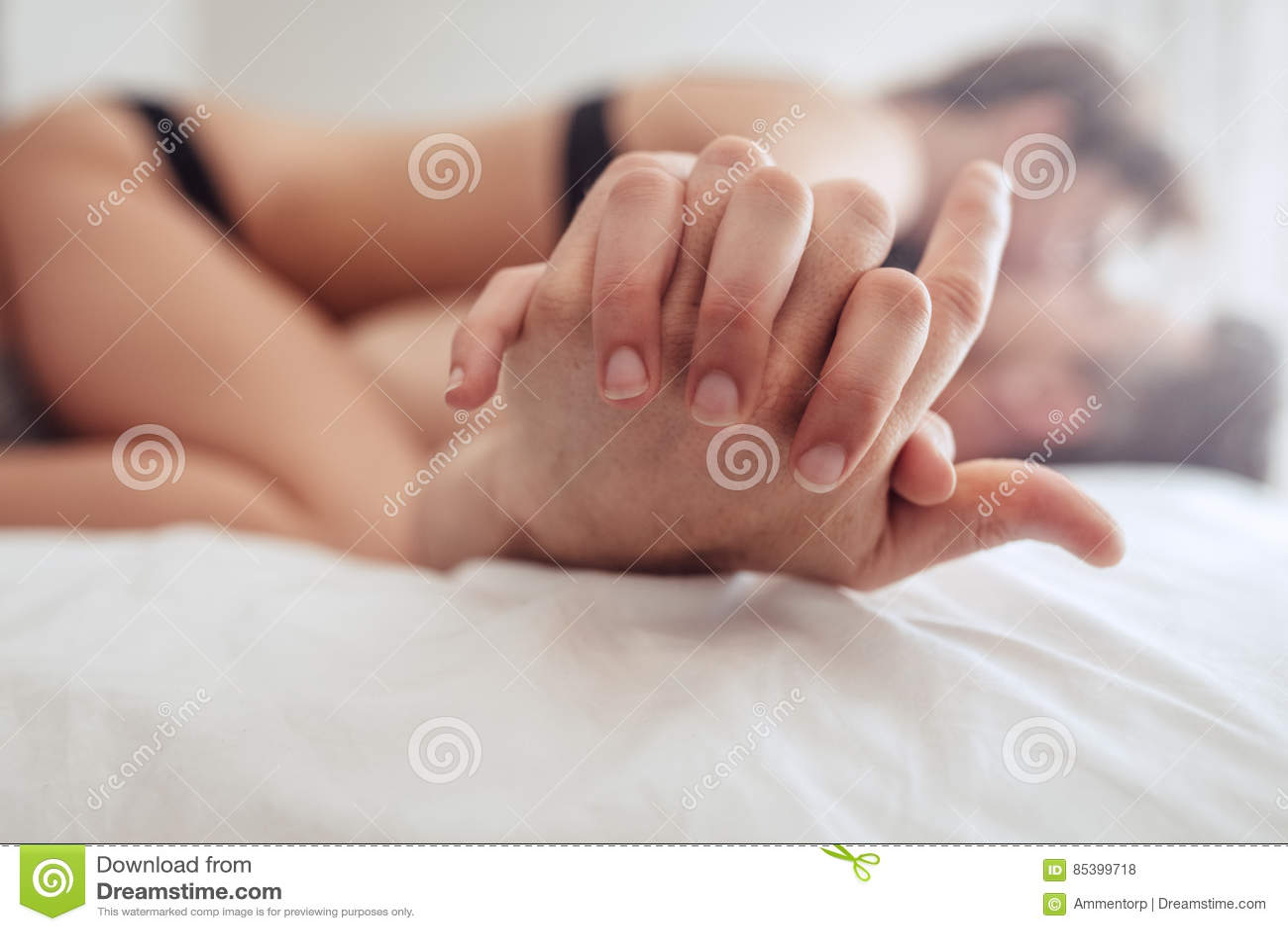 Pares íntimos que tienen sexo en cama