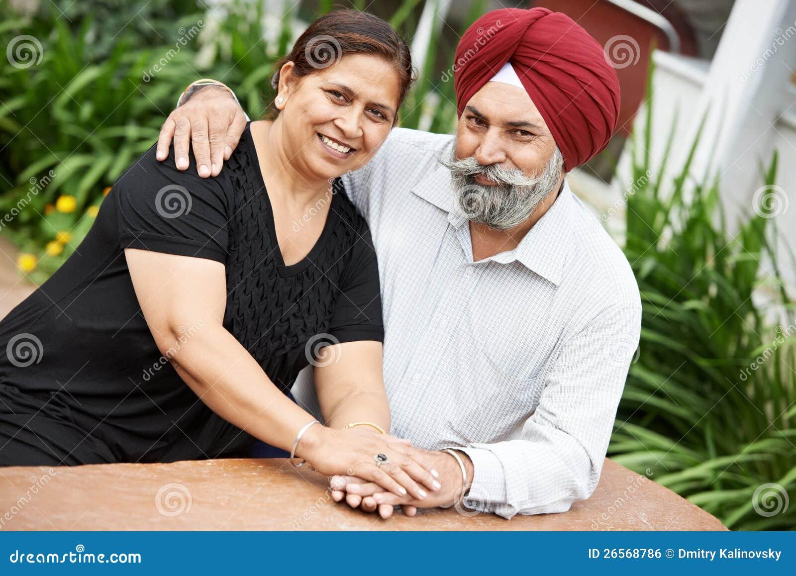 Pares adultos indios felices de la gente