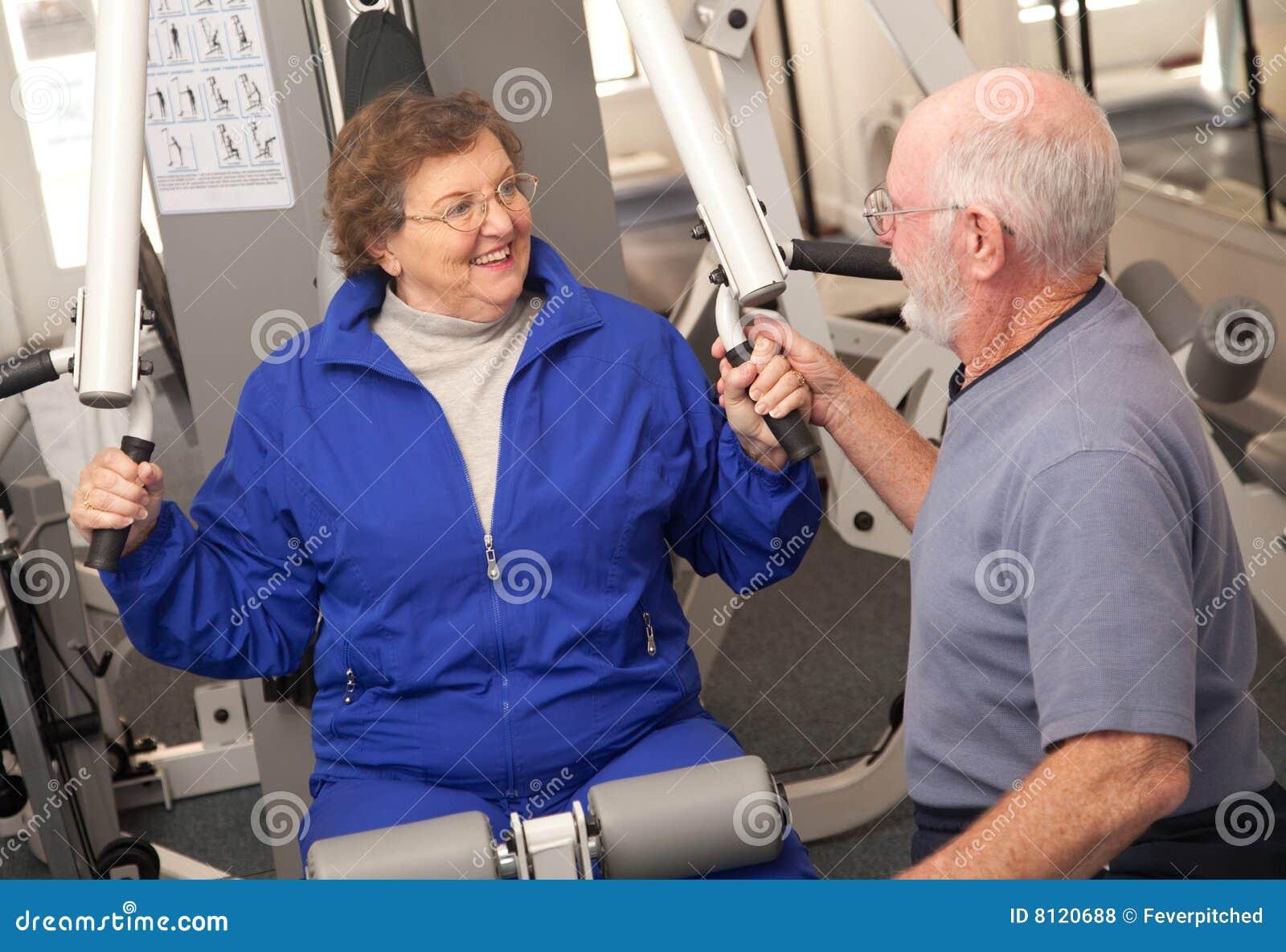 Pares adultos mayores en la gimnasia