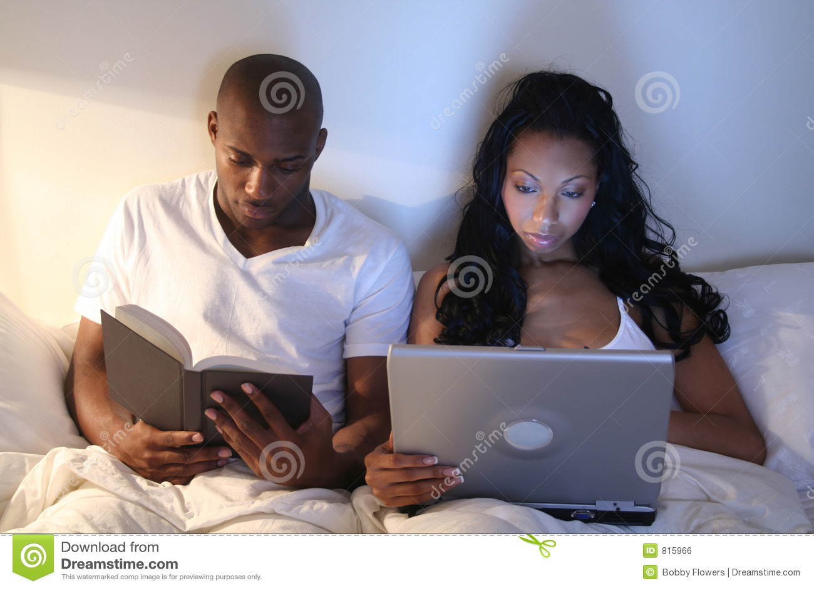 Pares africanos de Amrican en cama