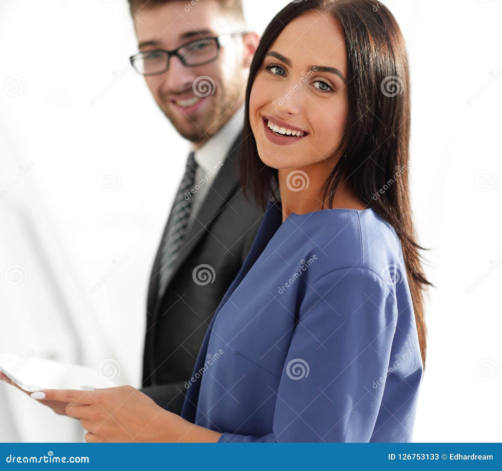 Pares alegres do negócio que olham o arquivo dentro