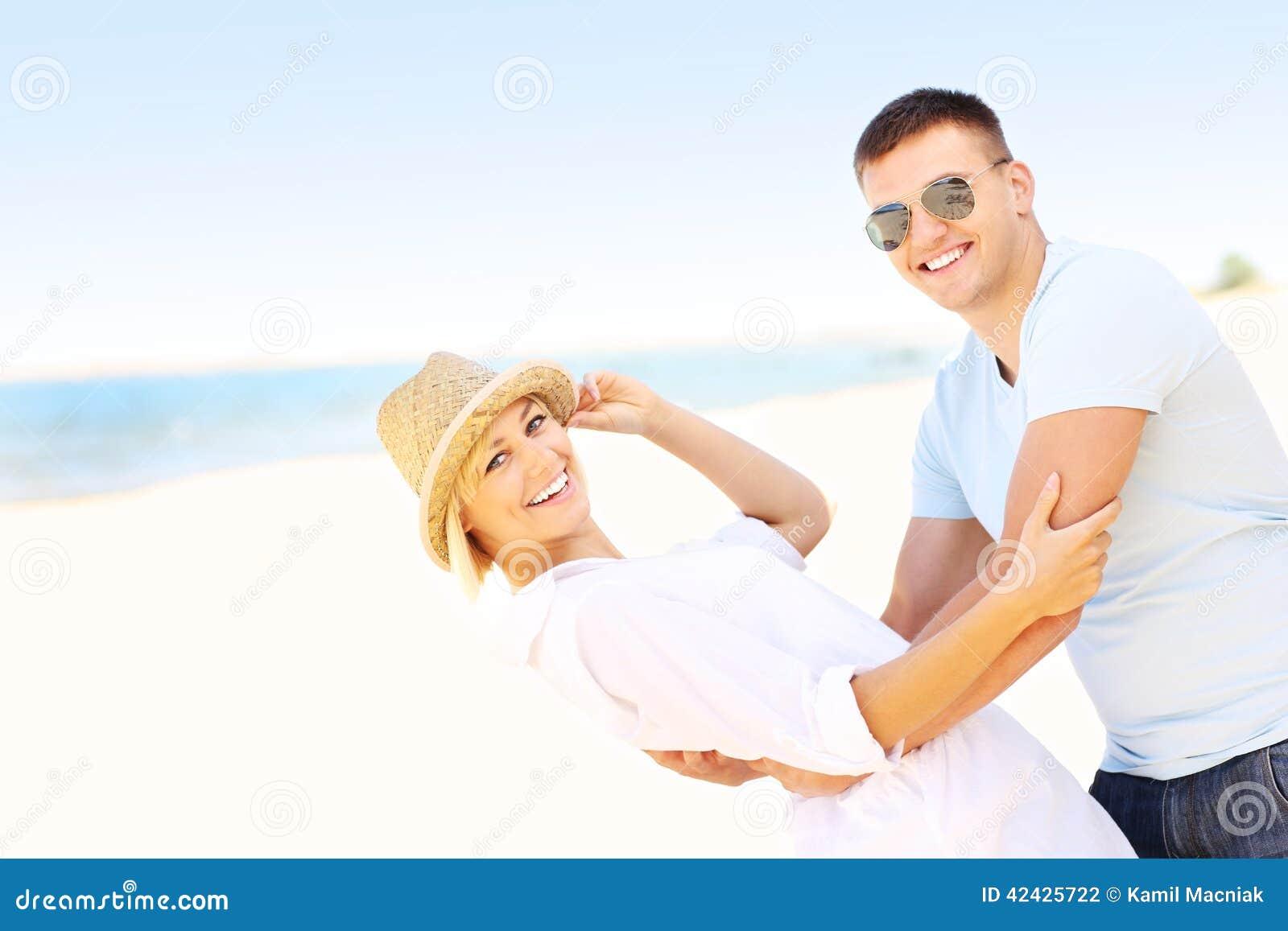 Pares alegres en la playa