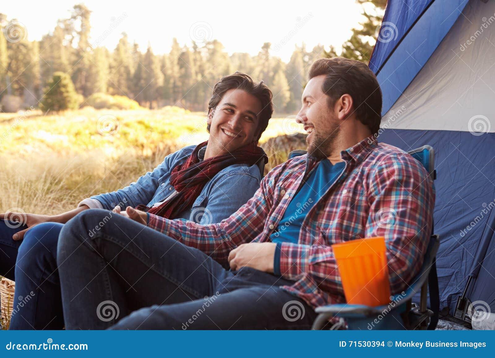 Pares alegres masculinos em Autumn Camping Trip