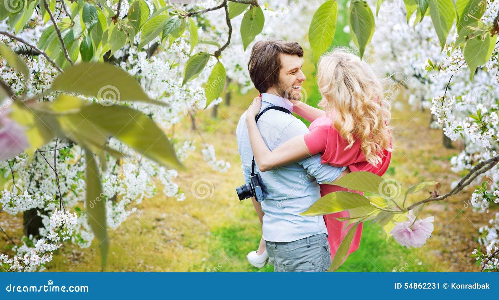 Pares alegres que andam entre Apple-árvores