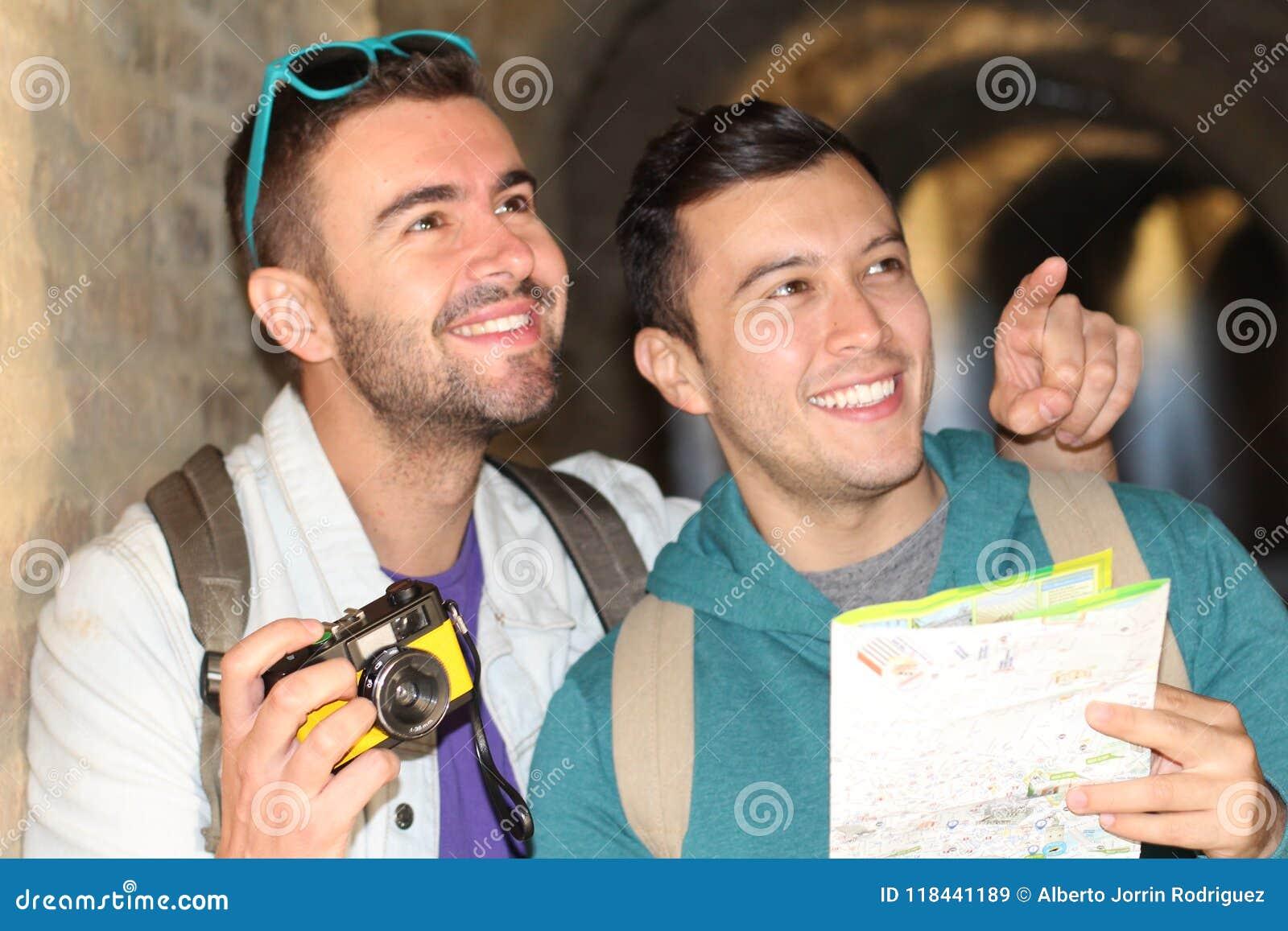 Pares alegres que apreciam o turismo em torno de Europa