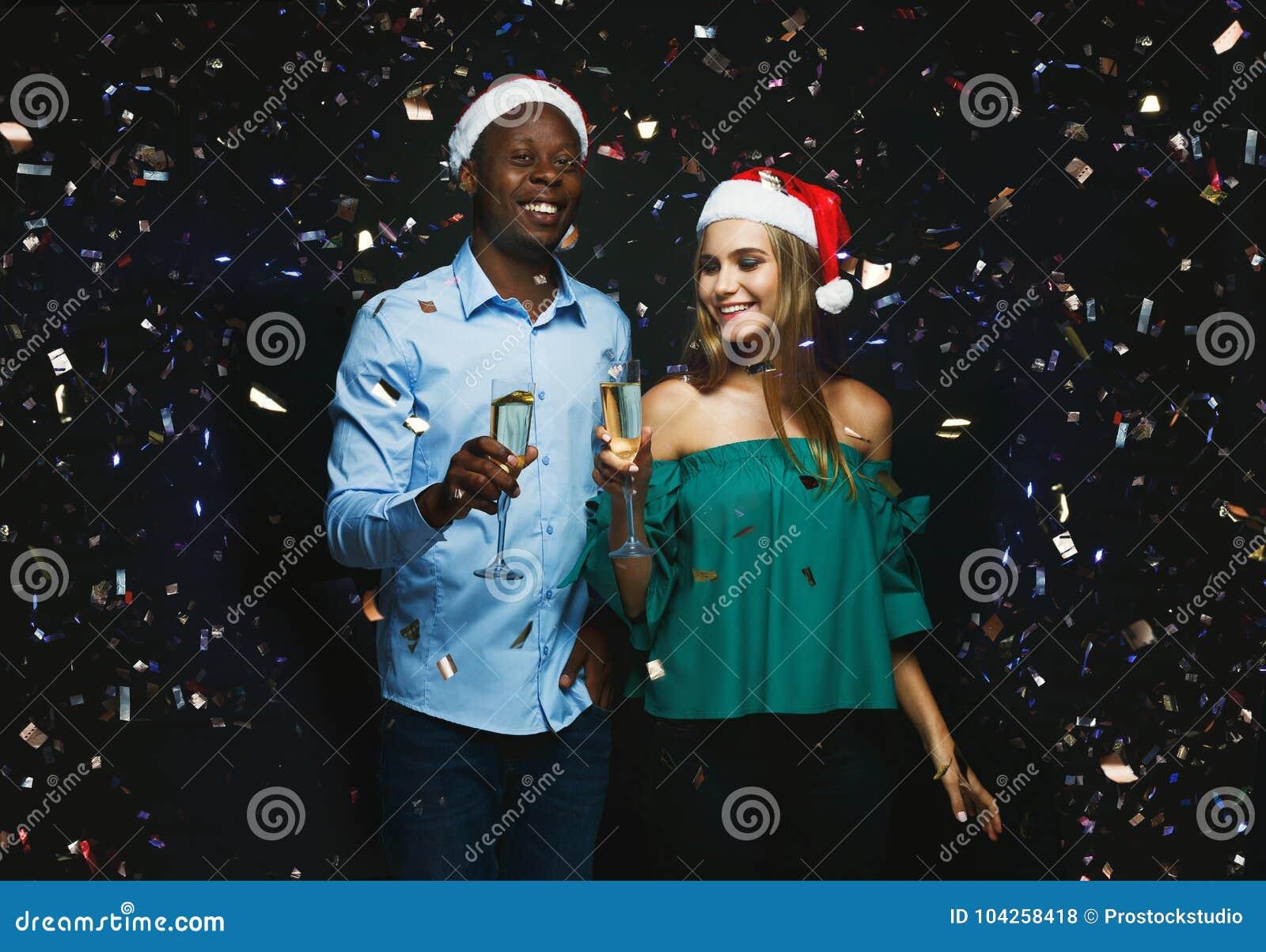 Fotos De Hombres Felicitando La Navidad.Pares Alegres Que Felicitan Por La Navidad Con Champan En El