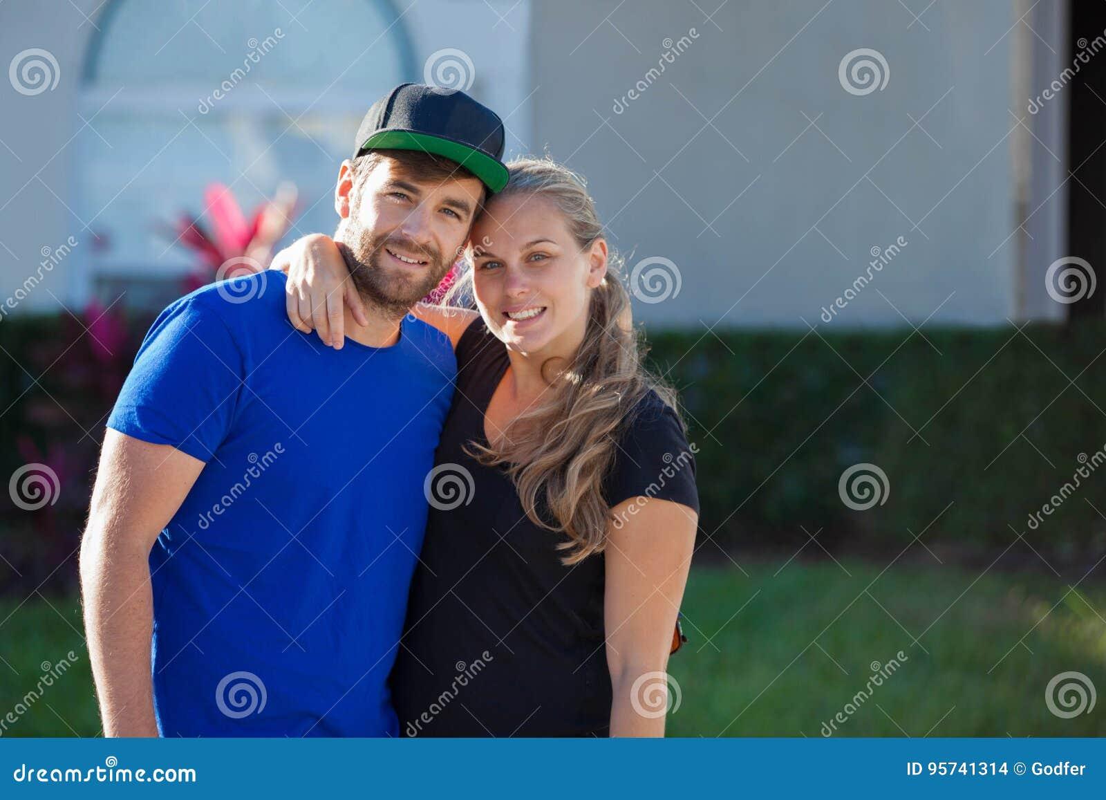 Pares americanos jovenes felices con primer casero