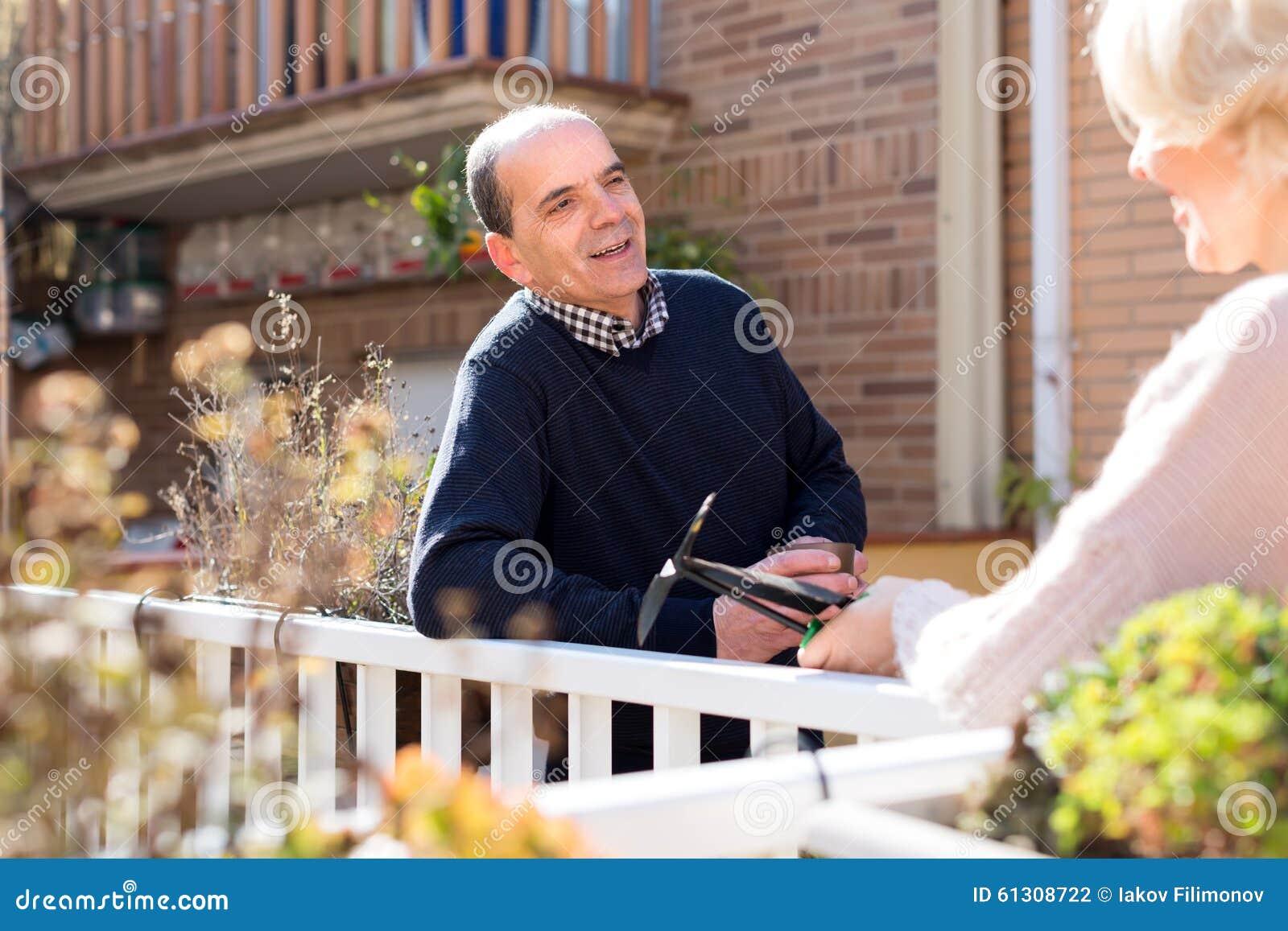 Pares aposentados que falam no pátio