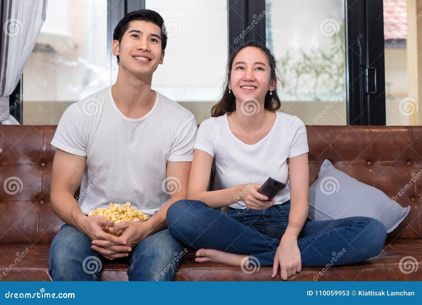 Pares asiáticos jovenes del hombre y de la mujer junto