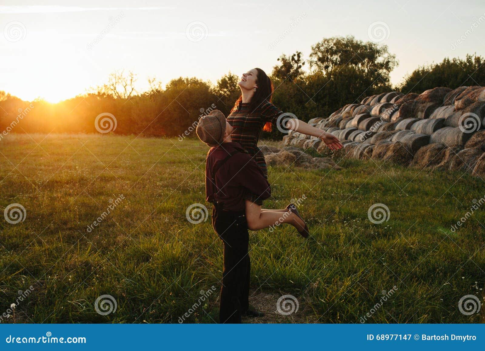 Pares atractivos felices jovenes que caminan junto, al aire libre