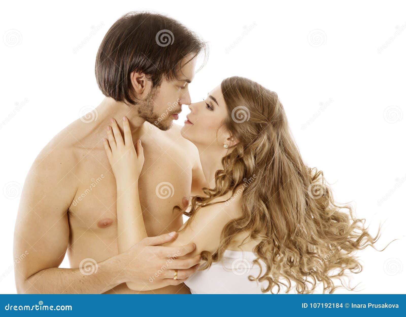 Pares atractivos, hombre desnudo joven que besa a la mujer hermosa, beso del amor