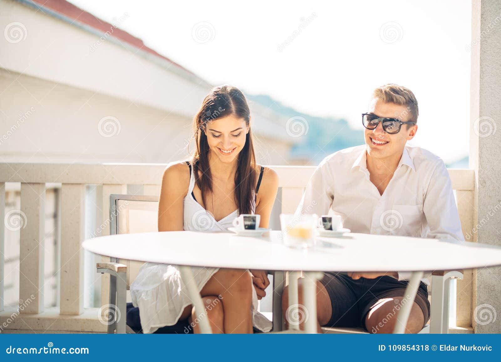 Pares Atractivos Que Tienen Primera Fecha Cita A Ciegas Café Con Un Amigo Gente Feliz Sonriente Que Come Un Café Fechando Foto De Archivo Imagen De Atractivos Amigo 109854318