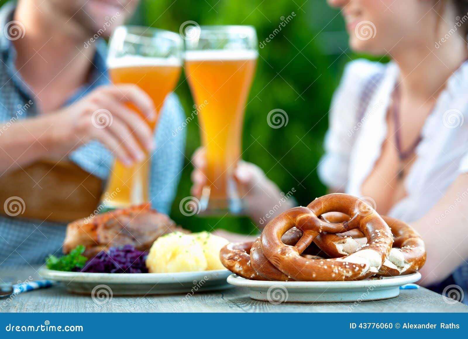 Pares bávaros sonrientes en Oktoberfest