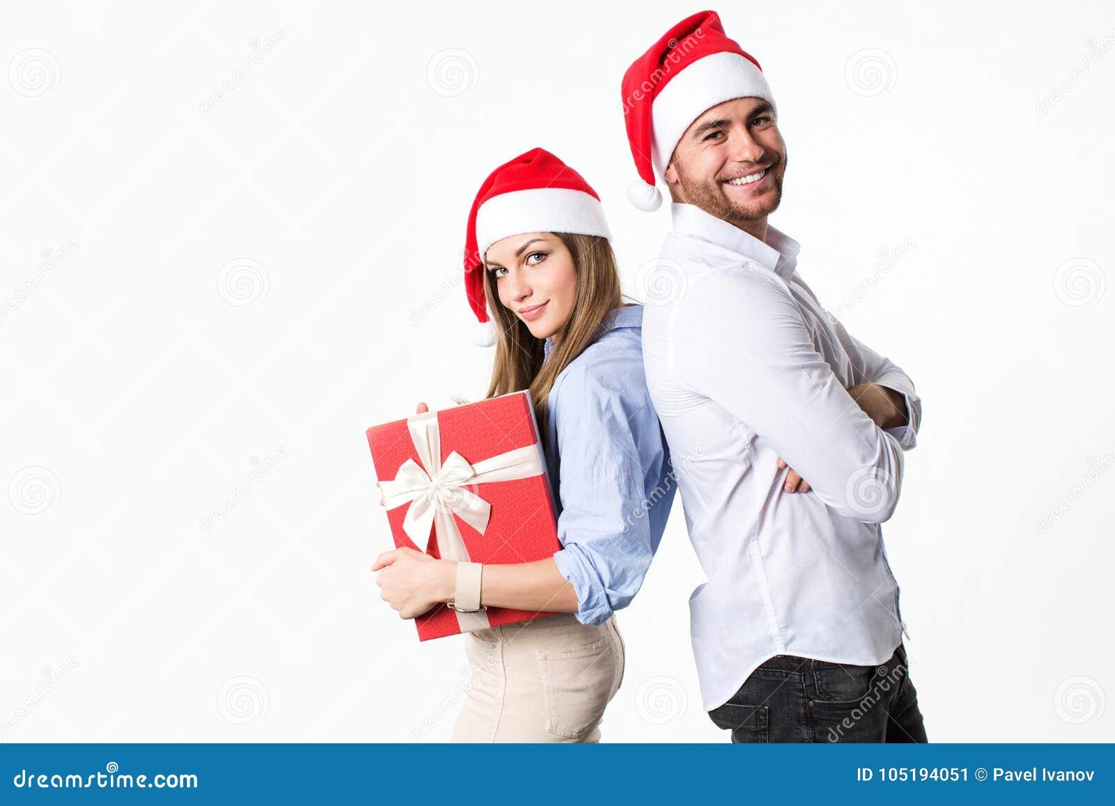 Pares bonitos do Natal feliz que olham a câmera