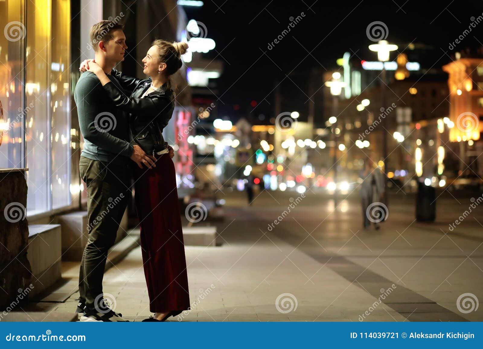 Pares bonitos em uma data em uma cidade da noite